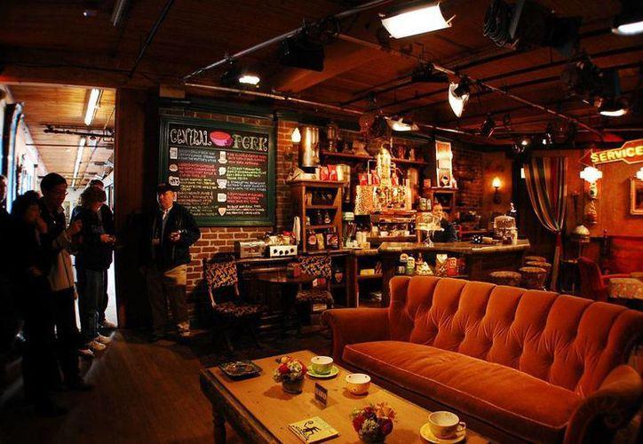 Recreación de la cafetería Central Perk con los enseres originales que se usaron en la videograbación de la serie de televisión <i>Friends</i>, en la Warner Brothers. (travelpolgy.com)