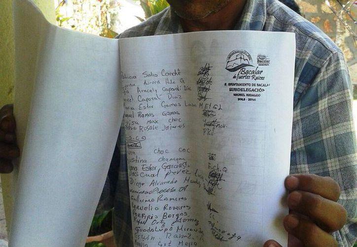 La autoridad municipal enseñó un escrito con 150 firmas que avalan la expulsión de dichas personas de la comunidad. (Javier Ortiz/SIPSE)