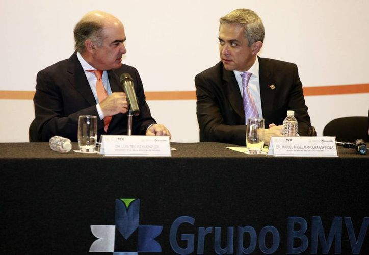 Luis Téllez (i): con la reforma energética, México se convertirá en uno de los más importantes productores de gas natural. En la foto aparece con Miguel Mancera, jefe de gobierno del DF. (Notimex/Foto de archivo)