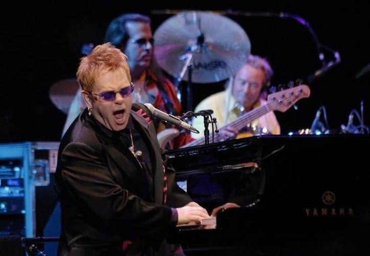 Elton John destacó que el reality se enfoca más en el panel de jueces que en los competidores. (bella-casa.com/Archivo)