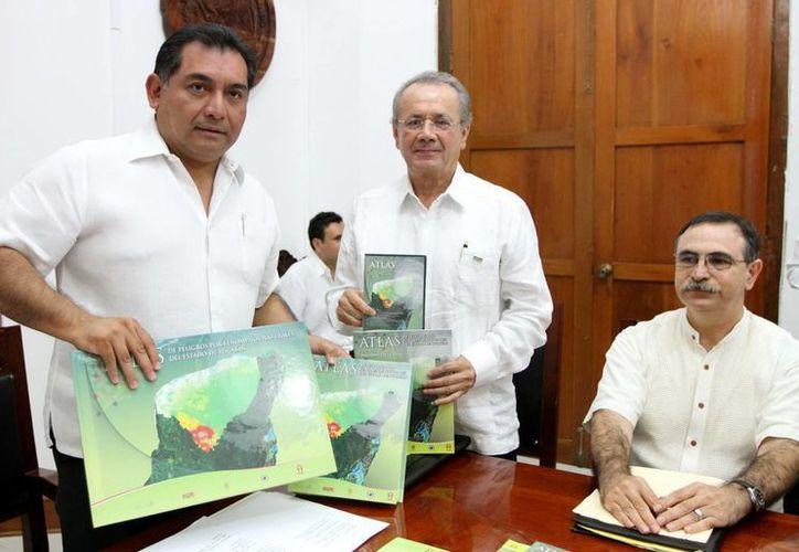 El Secretario de Gobierno recibió, en representación del Gobernador, el material del Atlas de Riesgos. (Milenio Novedades)