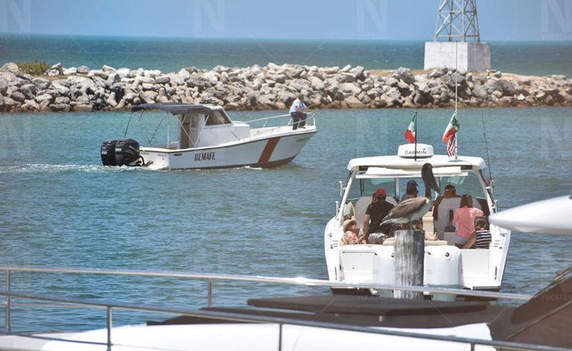 Naves de la Marina ya evitan la salida de las embarcaciones del puerto de abrigo de Yucalpeten. (Gerardo Keb)