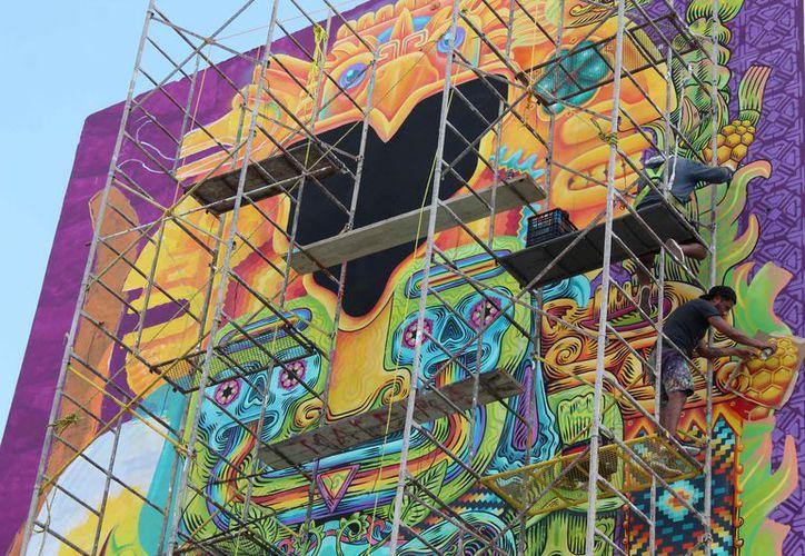 El mural mide alrededor de 15 metros de alto por nueve de ancho. (Redacción)