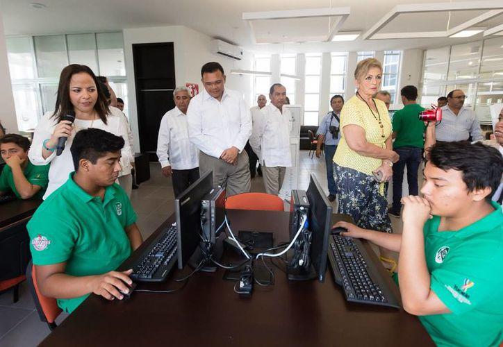 El nuevo Centro de Información del Instituto Tecnológico Superior de Progreso, en el que se han invertido más de 20 mdp, dará servicio a mil 100 jóvenes. (Fotos cortesía del Gobierno estatal)