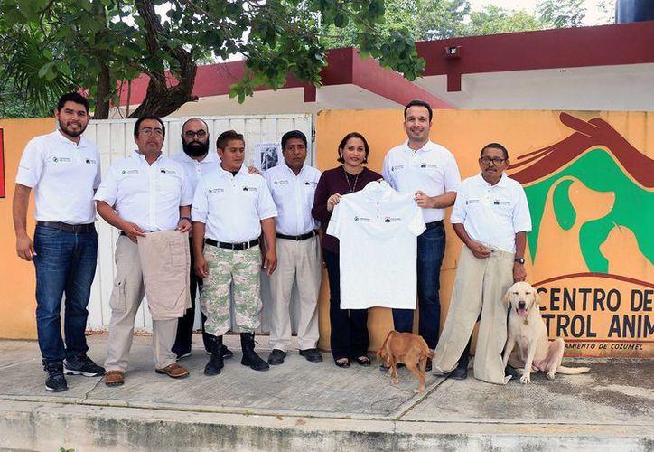 La directora de Desarrollo Social entregó los uniformes y herramientas. (Cortesía/SIPSE)