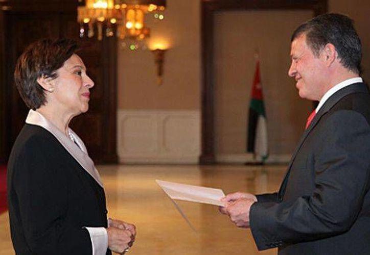La embajadora María Carmen Oñate Muñoz con  el Rey Abdala de Jordania. (embamex.sre.gob.mx/Archivo)