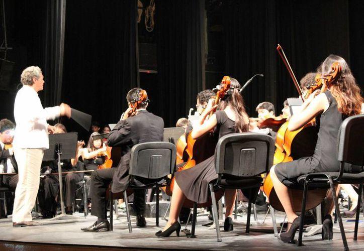 El compositor de 'Danzon No. 2' Arturo Márquez fue el director invitado en el aniversario de la Orquesta Juvenil de Quintana Roo. (Faride Cetina/SIPSE)