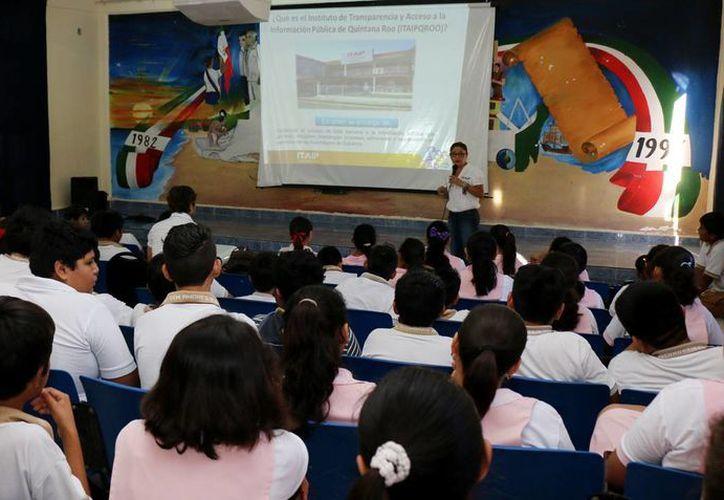 Estudiantes de secundaria y preparatoria asisten a un curso del uso correcto de internet. (Cortesía)