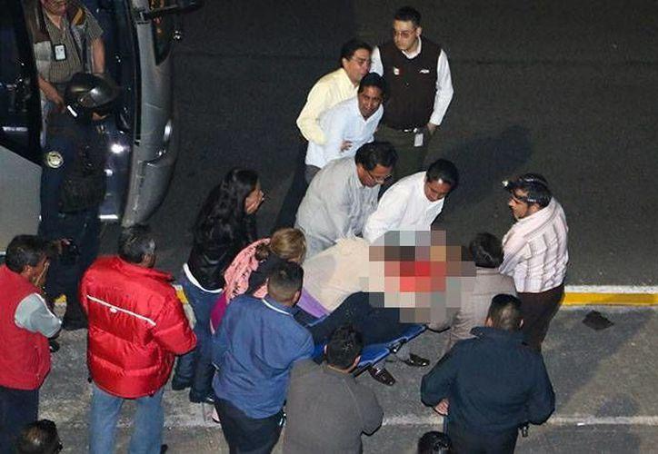 Una mujer que regresaba de la Basílica de Guadalupe acompañada de su familia a bordo de un autobús de pasajeros que circulaba a la altura del kilómetro 13 de la autopista México-Toluca, falleció al ser impactada por una bala perdida. (Excelsior)