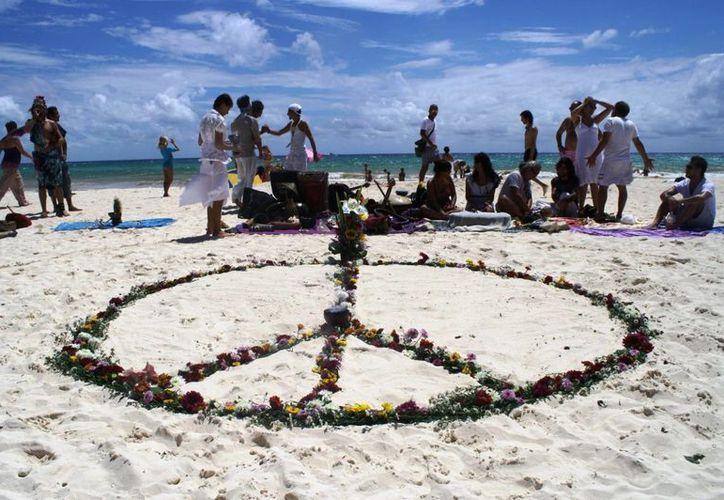 Durante el programa formaron con flores el símbolo de la paz. (Loana Segovia/SIPSE)