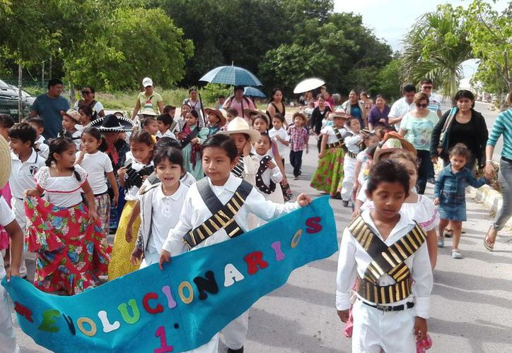 Los menores se mostraron participativos en el desfile. (Adrián Barreto/SIPSE)