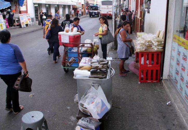 Aceras y hasta las calles del centro de Mérida son acaparadas por vendedores ambulantes. (José Acosta/SIPSE)