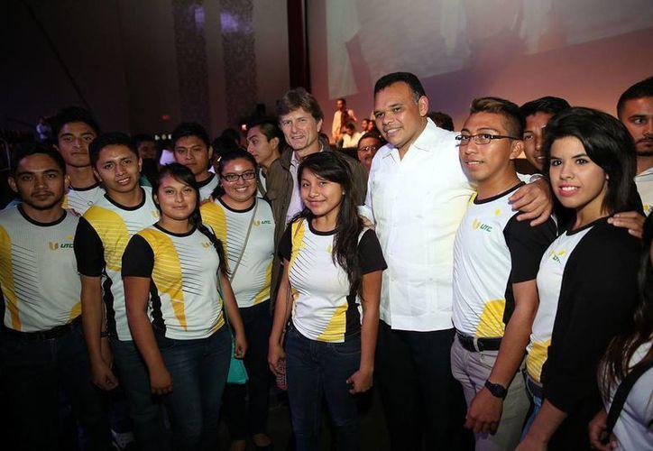Enrique de la Madrid Cordero,  titular de la Sectur, y el Gobernador Rolando Zapata Bello, convivieron con los jóvenes universitarios. (Milenio Novedades)