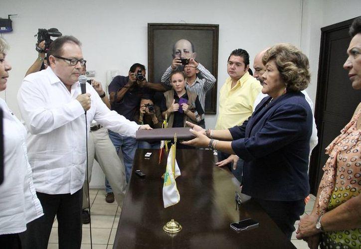 El consejero jurídico de Yucatán, Ernesto Herrera Novelo, entrega la iniciativa de Ley de Sistema de Justicia Maya a la diputada Flor Díaz Castillo. (SIPSE)