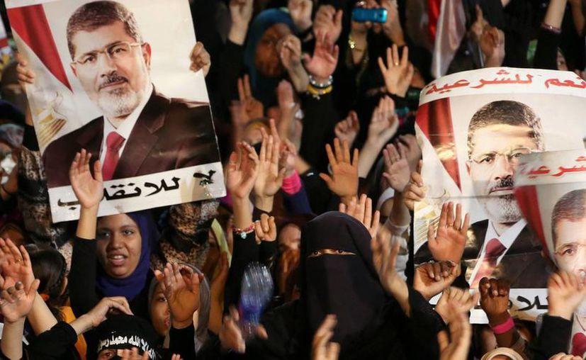 Seguidores del expresidente egipcio Mohamed Morsi exhiben carteles con su imagen en la protesta. (Archivo/EFE)