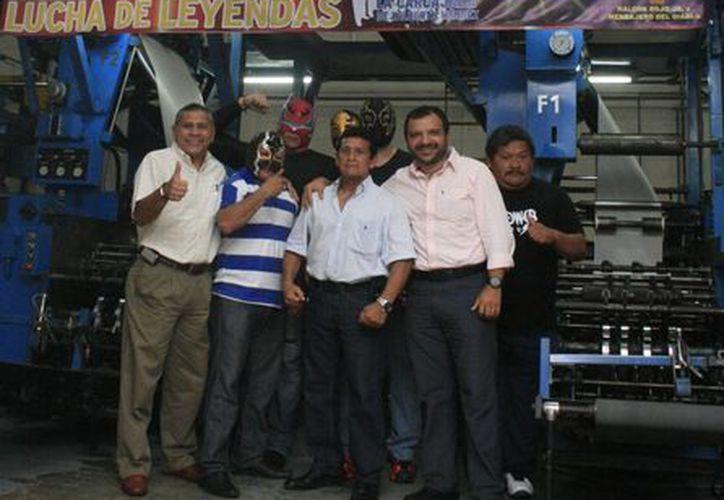 """El grupo """"La Carcajada"""" y la espectacular Carola, además de los luchadores locales que visitaron las instalaciones de este rotativo, fueron acompañados por los gerentes Manolo Castillo y José Luis Valladares. (Milenio Novedades)"""