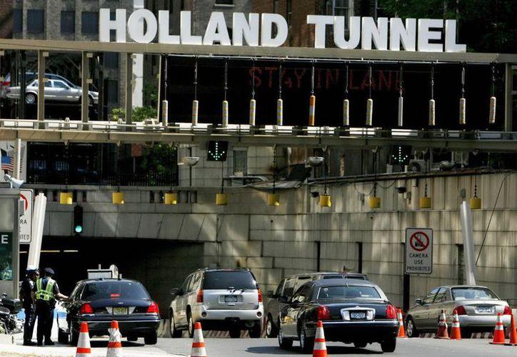Los padres del bebé fueron auxiliados por dos oficiales de la Autoridad Portuaria dentro del túnel. (EFE)