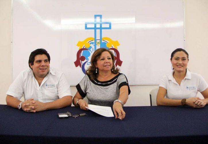 Integrantes de Pastoral del Amor y de Infolaicos en el anuncio de los cursos para cuidadores independientes. (Milenio Novedades)