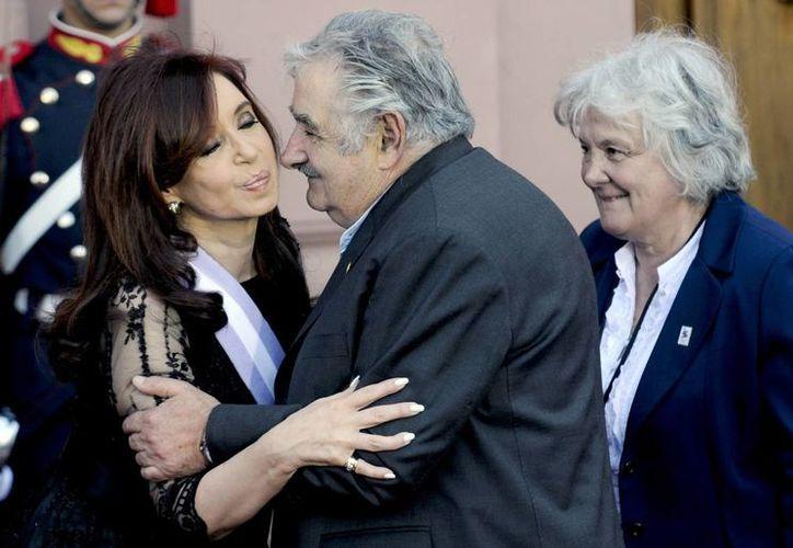 Mujica saluda a Cristina Fernández tras su segunda asunción presidencial. (Archivo/Agencias)