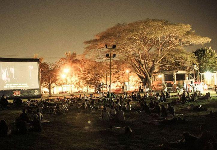 Una noche de cine al aire libre te espera hoy en el Museo de los Ferrocarriles. (Facebook/ Colectivo Bazar)