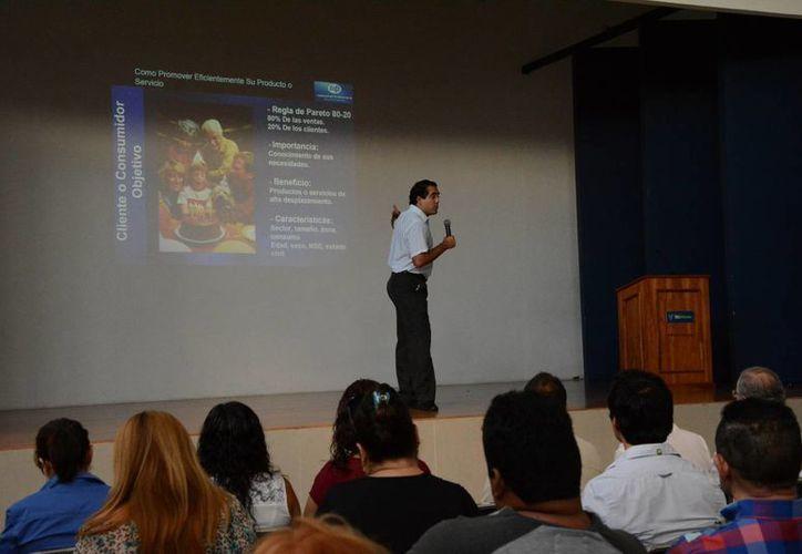 En la capacitación gratuita participan más de 120 personas. (Victoria González/SIPSE)