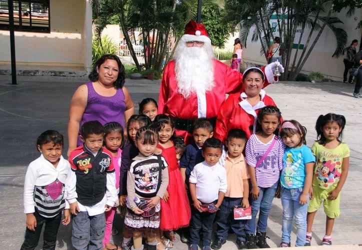 Chiquillos del kínder Gregorio Torres Quintero en Kanasín disfrutaron de su convivencia con Santa Claus. (Milenio Novedades)