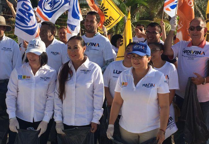 La candidata al Senado Mayuli Martínez participó en la recolección de basura en las playas de Puerto Morelos. (Foto: Redacción)