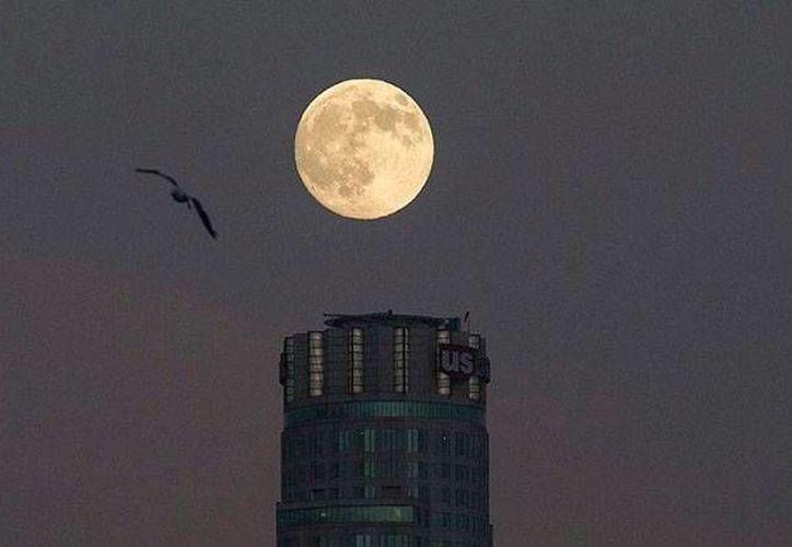 Esta noche podrá observarse un fenómeno poco común: habrá superluna de sangre, pero también eclipse lunar. (actualidad.rt)