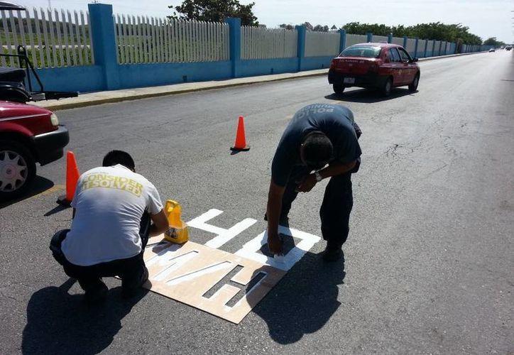 Elementos de Seguridad Pública y Tránsito colocaron los señalamientos. (Cortesía/SIPSE)