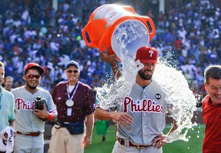 Cole Hamels recibe 'un premio' por su juego perfecto frente a los Chicago Cubs. Phillies ganó 5-0. (AP)