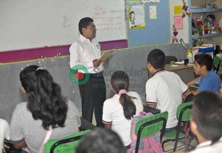 El alcalde Filiberto Martínez platicó con los alumnos sobre como evitar los casos de bullying. (Redacción/SIPSE)