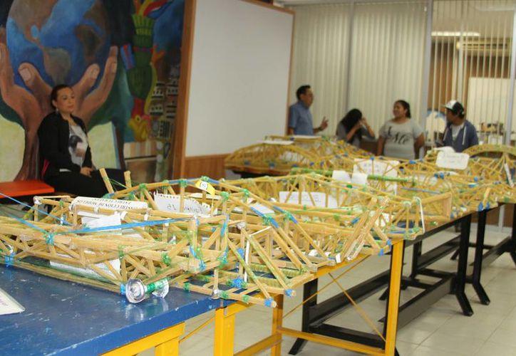 Universitarios participan en un concurso para resolver problemas estructurales de construcción y diseño en el ITCH. (Eddy Bonilla/SIPSE)