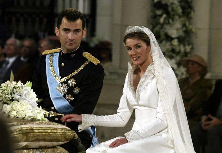 Letizia Ortiz, hoy reina de España, lució un modelo de Manuel Pertegaz en su boda con el entonces príncipe Felipe de Asturias. (casareal.es)