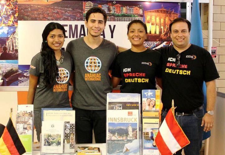 Representantes de varios países distribuidos en nueve stands dieron información educativa a los alumnos de la Universidad Anáhuac Mayab. (Milenio Novedades)