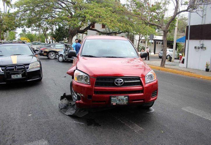 Un choque en la colonia García Ginerés por avenida Colón dejó dos lesionados, ambos eran guiadores de los autos implicados. (Pallota/SIPSE)