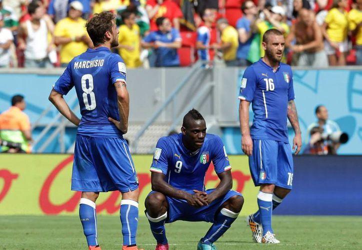 El goleador italiano Mario Balotelli y su compañero Claudio Marchisio no dan crédito al gol tico. (Foto: AP)