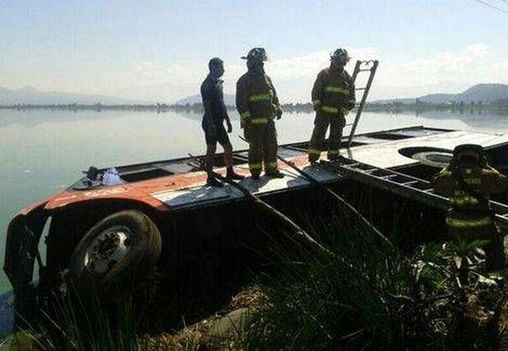 Según investigaciones preliminares el camión al parecer iba conducido en forma imprudencial y llevaba 60 pasajeros a bordo. (Foto de Milenio tomada de @luismiguelbaraa)