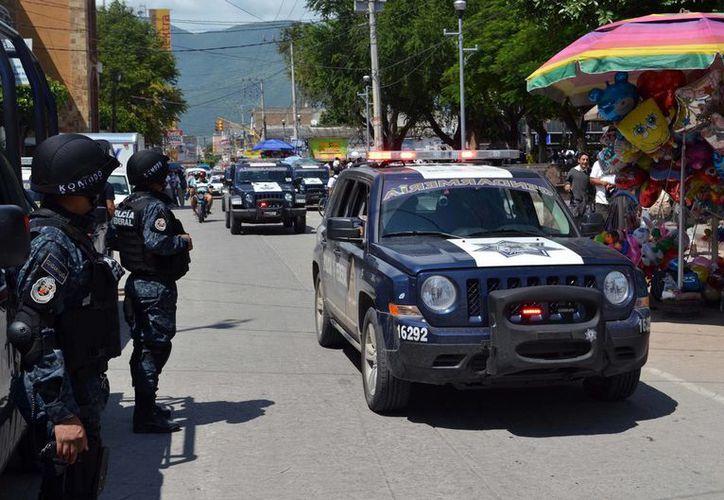El sondeo también reveló que solo el 26 por ciento de los encuestados se siente seguro en las calles. En la imagen, la Gendarmería patrullando en Iguala, Guerrero. (Archivo/Notimex)