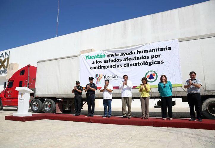 Autoridades estatales despiden al camión con ayuda humanitaria para los hermanos en desgracia.  (Milenio Novedades)
