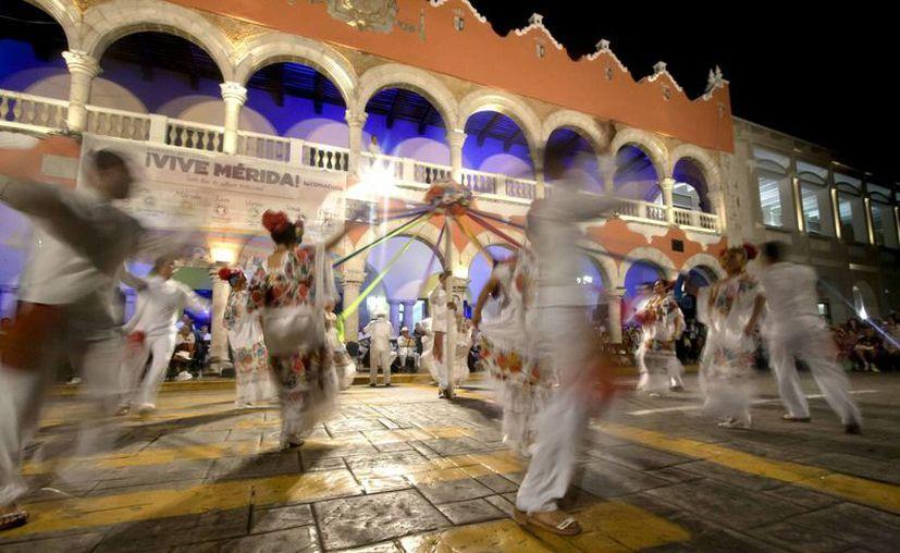 Por la seguridad que prevalece en Mérida, incluso por las noches, se realizan muchas actividades nocturnas. La imagen es de la vaquería en la Plaza Grande, como se conoce al zócalo de la capital yucateca. (Notimex)