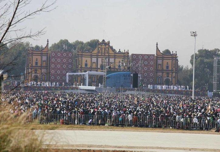 Miles de feligreses esperan al Papa Francisco. (Luis Soto/SIPSE)