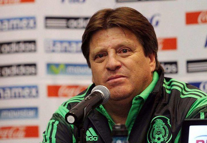 Miguel Herrera, técnico del Tri, en conferencia del prensa al llegar a México. (Notimex)