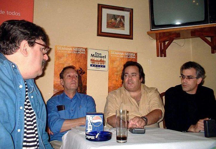 El escritor y cineasta Saul Landau (segundo de izq a der) en Cuba. (EFE)