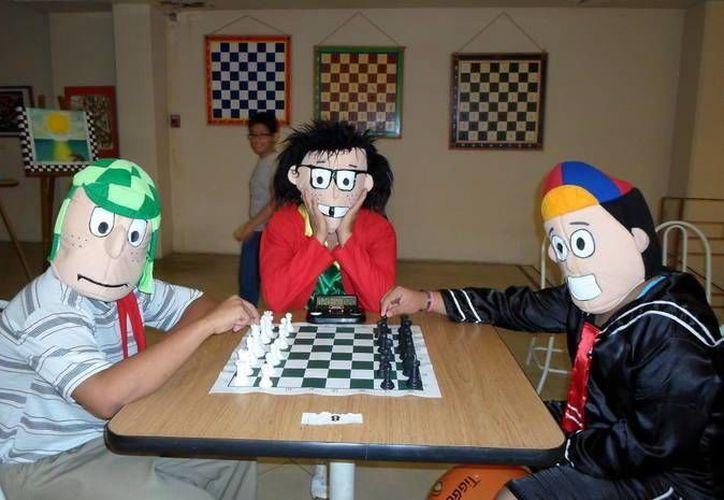El Chavo, la Chilindrina y Quico le dieron un toque especial al evento de ajedrez. (SIPSE)