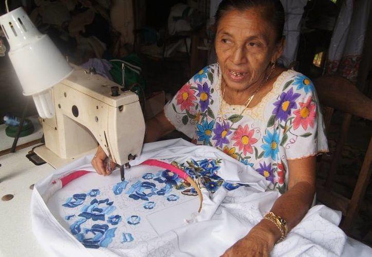 En Yucatán los abuelos tienen mucho que contar a sus nietos. Ahora tendrán oportunidad de dejar ese legado por escrito, mediante un libro. (SIPSE)