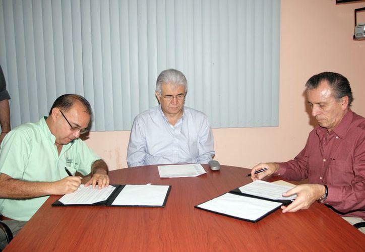 Firma de convenio entre la CFE y Fapayuc. (Jaime Tetzpa/SIPSE)