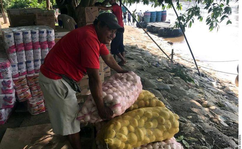 A pesar del cierre de la frontera, algunas personas cruzan en las balsas pero los mexicanos que ingresan mercancías a Guatemala están paralizados al 100%. (Foto: Archivo Reforma).