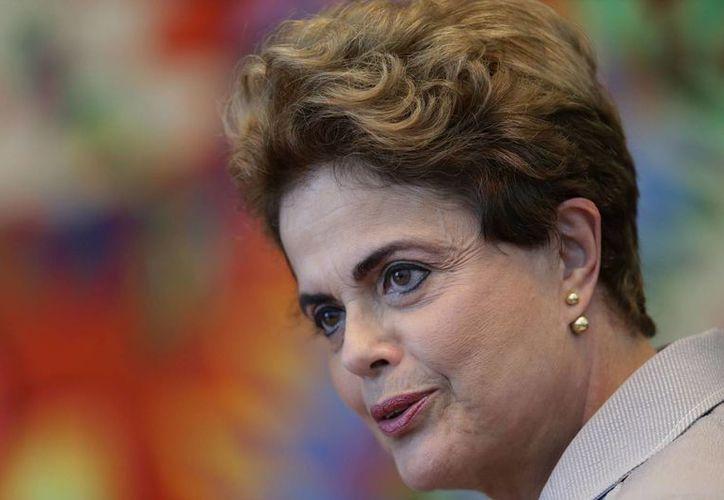 Imagen de la suspendida presidenta brasileña Dilma Rousseff en una conferencia de prensa en el palacio residencial de Alvorada en Brasilia. (AP/Eraldo Peres)