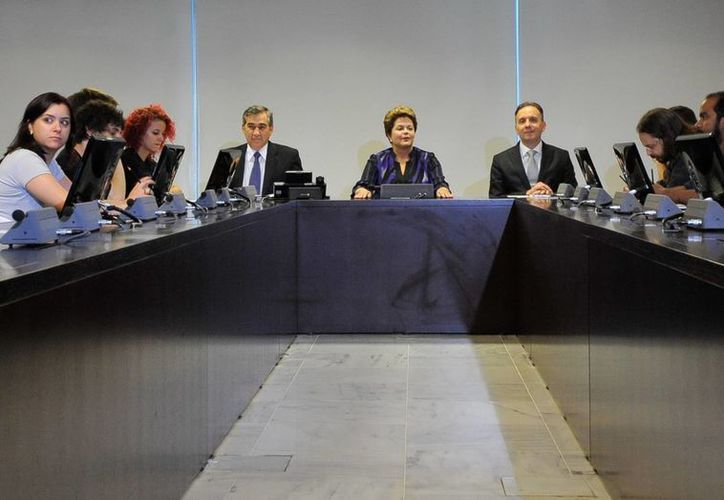 Dilma Rousseff (c) durante en una reunión con militantes del Movimiento Pase Libre, la organización que lidera las protestas que han sacudido a Brasil. (EFE)