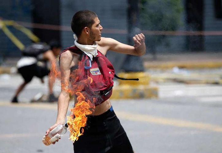 Desde el primero de abril del año en curso, van 122 venezolanos muertos durante protestas. (AP/Reuters)